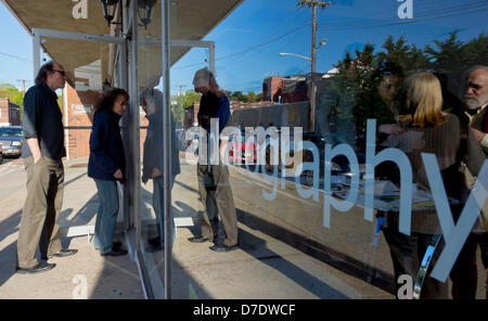 Huntington, New York, USA. 4th May, 2013. Visitors arrive for the Opening Reception at fotofoto Gallery, a cooperative - Stock Photo