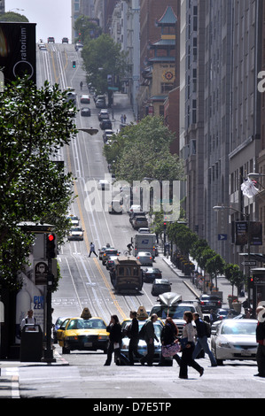California Street, San Francisco from Montgomery Street in the Finance District, showing commuters and cable cars - Stock Photo