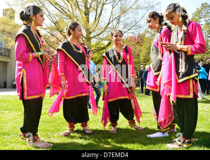 Hempstead, New York, USA. 5th May 2013. Indian female dancers are ready to share the rich heritage of India in dance, - Stock Photo
