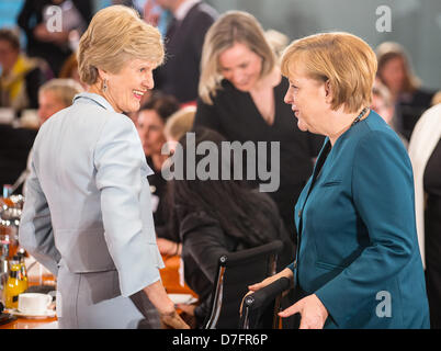Berlin, Germany. 7th May 2013. German chancellor Angela Merkel (R) greets publisher Friede Springer (L) during a - Stock Photo
