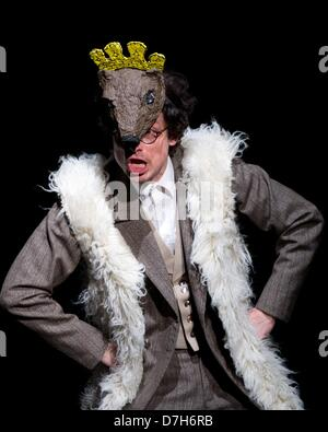 Berlin, Germany. 7th May 2013. Actor  Mattis Nolte performs during a rehearsal of the piece 'Schwabenhatz - dienstags - Stock Photo