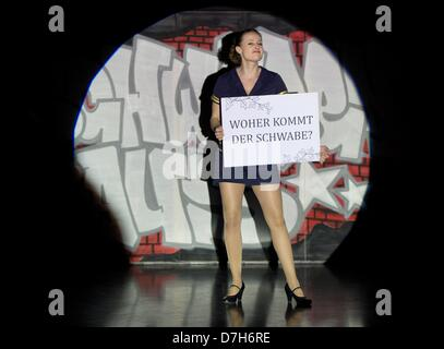 Berlin, Germany. 7th May 2013. Actress Susanne Theil performs during a rehearsal of the piece 'Schwabenhatz - dienstags - Stock Photo