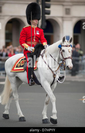 London, UK. 8th May 2013. Mounted guardsman in Parliament Square, Westminster, prior to the state opening of Parliament - Stock Photo
