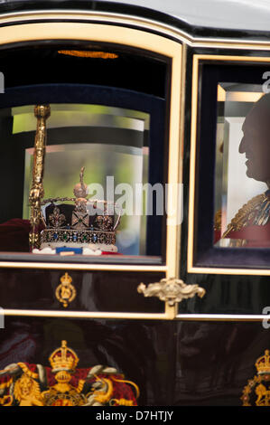 London, UK. 8th May 2013. Coach containing the Imperial State Crown in Parliament Square, Westminster, after the - Stock Photo