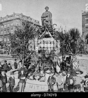 Lincoln Monument, Union Square, Decoration Day, 1876. Crowd gathered in front of statue of Abraham Lincoln in Union - Stock Photo