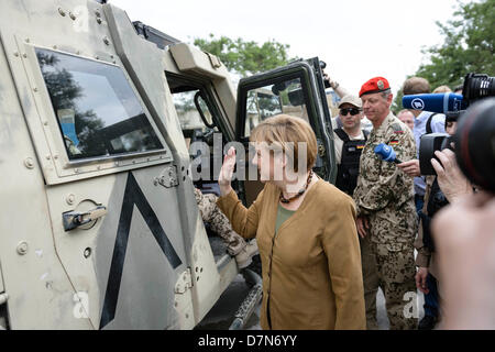 Die deutsche Bundeskanzlerin Angela Merkel bei einem Rundgang in Afghanistan auf dem Gelände des Bundeswehr Feldlagers am 10.05.2013 in Kundus. Foto: Bundesregierung/Ole Krünkelfeld