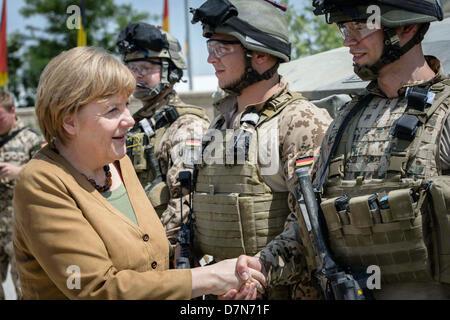 Die deutsche Bundeskanzlerin Angela Merkel am 10.05.2013 im Feldlager in Kundus in Afghanistan beim Gespräch mit Soldaten. Foto: Bundesregierung/Ole Krünkelfeld