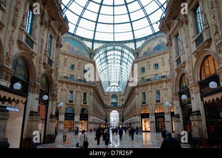 Shop and shoppers in Galleria Vittorio Emanuele 11 Milan - Stock Photo