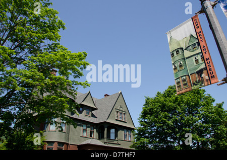 Wisconsin, Manitowoc. RAHR West Art Museum housed in historic Queen Anne Victorian mansion built in 1891. - Stock Photo