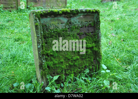 Mossy Jewish grave with Hebrew script - Stock Photo