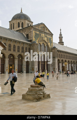 Damascus, Syria. Syrian families in the courtyard of The Great Umayyad Mosque, an early Islamic monument built in - Stock Photo