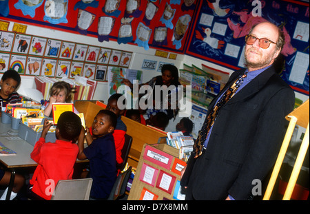 Headmaster in classroom with pupils, Gloucester Grove Primary School, Southwark, south London, UK. - Stock Photo