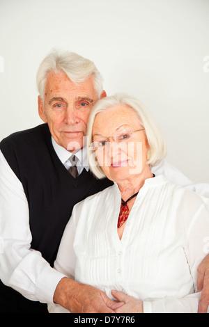 Senioren Paar umarmt sich - Stock Photo