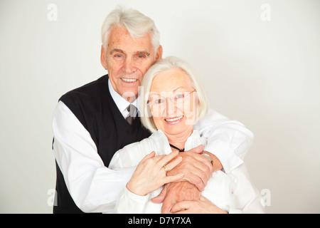 Senioren Paar umarmt sich und lachen - Stock Photo