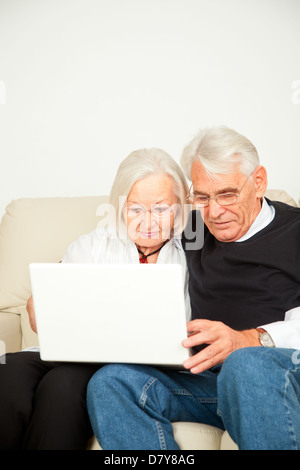 Senioren Paar mit Laptop - Stock Photo