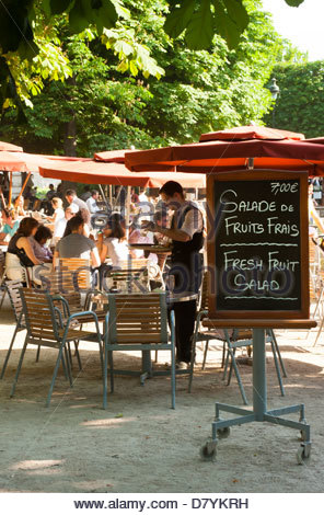 People dining outdoors jardin du luxembourg paris for Cafe du jardin london