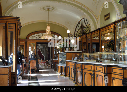 Opulent interior of art nouveau cafe confeitaria colombo for American nouveau cuisine
