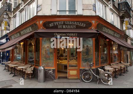 """""""Au Petit Versailles du Marais"""", an elegant café and Purveyor of prize-winning bread and pastries, in Le Marais, - Stock Photo"""