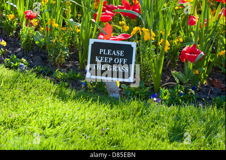 Please keep off the grass sign in The DIngle, Shrewsbury - Stock Photo