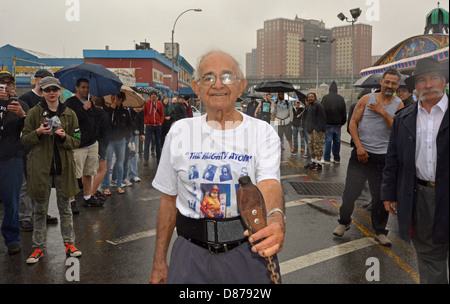 92 year old strongman Michael Greenstein, The Mighty Atom, pulls a car with his teeth in Coney Island, Brooklyn, - Stock Photo
