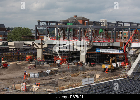 Construction work underway at Reading station showing the new over bridge main structure in position above the massive - Stock Photo