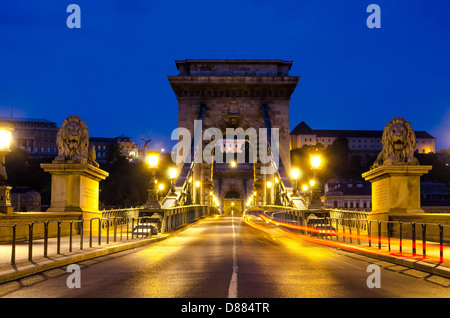 Night view of the famous Chain Bridge in Budapest, Hungary. - Stock Photo