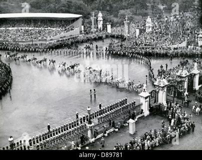 CORONATION OF QUEEN ELIZABETH II 2 June 1953. The Royal coach returns to Buckingham Palace - Stock Photo