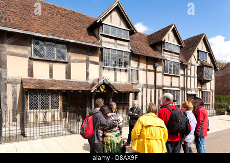 Tourist guide and party outside William Shakespeare's birthplace, Henley Street, Stratford upon Avon, Warwickshire - Stock Photo