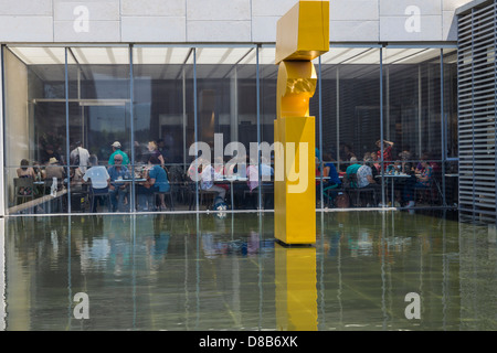The pool and the restaurant at the entrance of the Israel museum in Jerusalem - Stock Photo