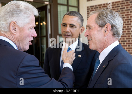 US President Barack Obama talks with former Presidents Bill Clinton and George W. Bush before a luncheon at the - Stock Photo