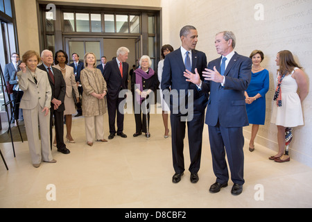 US President Barack Obama talks with former President George W. Bush prior to the dedication of the George W. Bush - Stock Photo