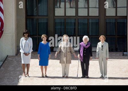 US First Lady Michelle Obama stands with former First Ladies Laura Bush, Hillary Rodham Clinton, Barbara Bush and - Stock Photo