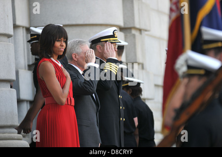 US First Lady Michelle Obama stands with Secretary of the Navy Ray Mabus during a visit to the US Naval Academy - Stock Photo