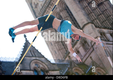 MANCHESTER, UK. 25th May 2013. Malte Mohr of Germany vaults to take 1st place in the Mens Pole Vault event in Albert - Stock Photo