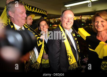 Dortmund, Germany. 25th May, 2013. German chancellor candidate of the SPD Peer Steinbrueck (C) arrives at the UEFA - Stock Photo