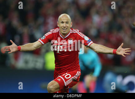 London, UK. 25th May, 2013.   Munich's Arjen Robben celebrates after scoring the winning goal for Bayern past Dortmund's - Stock Photo