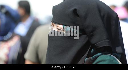 WOMAN WEARING BURKA HEADWEAR RE ETHNIC MINORITY MUSLIM ISLAM FOREIGN IMMIGRANTS IMMIGRATION RELIGION RELIGIOUS BELIEFS - Stock Photo