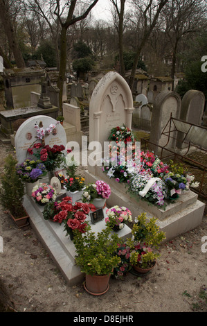 Parisian graveyard. Fresh wreaths of flowers laid on two graves in the Père Lachaise cemetery, the largest of the - Stock Photo