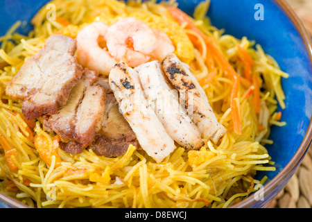 Singapore-Style Noodles - Stir-fried rice vermicelli with curry powder, topped with of chicken, char siu pork, eggs - Stock Photo