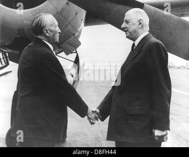 French state president charles de Gaulle (r) welcomes German chancellor Konrad Adenauer at the military airport - Stock Photo