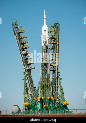 The service arms are lifted into position around the Soyuz TMA-09M spacecraft on the launch pad at the Baikonur - Stock Photo