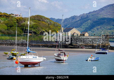 Boats at Barmouth coast during low tide - Stock Photo