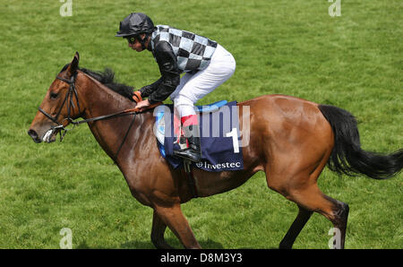 Epsom Downs, UK. 31st May 2013. Frankie Dettori looks dejected after coming in 6th on Beatrice Aurore during the - Stock Photo