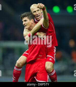 Jubel zum 3-0. Torschuetze Mario GOMEZ (l./ FC Bayern) freut sich mit Arjen ROBBEN (FC Bayern).   Fussball DFB-Pokal - Stock Photo
