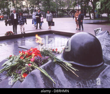 May 30, 1988 - Moscow, RU - A group of Russians view the Tomb of the Unknown Soldier and the Eternal Flame. Dedicated - Stock Photo