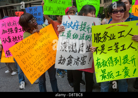 Minimum wage workers and their supporters rally to raise the minimum wage - Stock Photo
