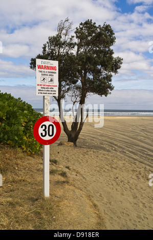 dh Ninety Mile Beach AHIPARA NEW ZEALAND 30 mph speed limit traffic Signpost on approach to beach nz road sign - Stock Photo