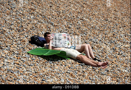 Brighton, Sussex, UK. 8th July 2013. The Sun comes out as this gentleman reads the well known national newspaper - Stock Photo