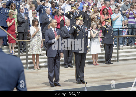 US President Barack Obama stands with Army Maj. Gen. Michael S. Linnington during the national anthem during the - Stock Photo