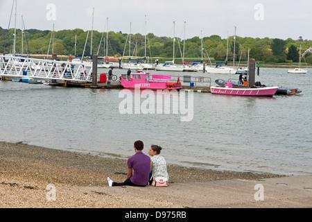 Couple enjoying Hamble's yachting harbour in Hampshire - Stock Photo